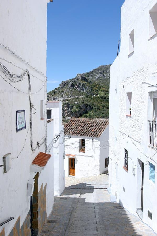 Steile Straße im spanischen Pueblo lizenzfreie stockfotografie