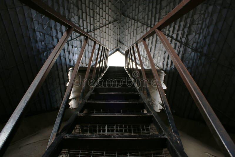 Steile treden die naar het dak van een kerk stijgen royalty-vrije stock afbeelding