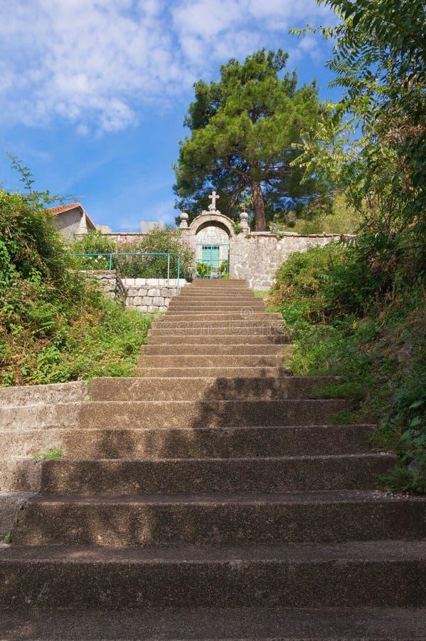 Steile Treppe zu einer kleinen Kirche Montenegro, Perast-Stadt lizenzfreie stockfotos