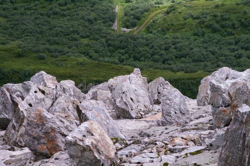 Steiler Abgrund auf dem Berg stockbild