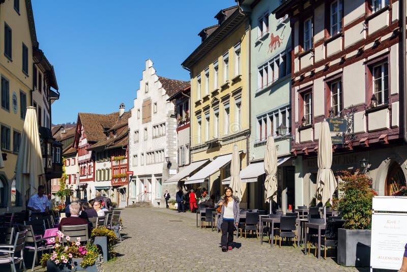 Stein AM Ρήνος, Ελβετία - 16 Οκτωβρίου 2017: Οι τουρίστες κάθονται στοκ φωτογραφία με δικαίωμα ελεύθερης χρήσης