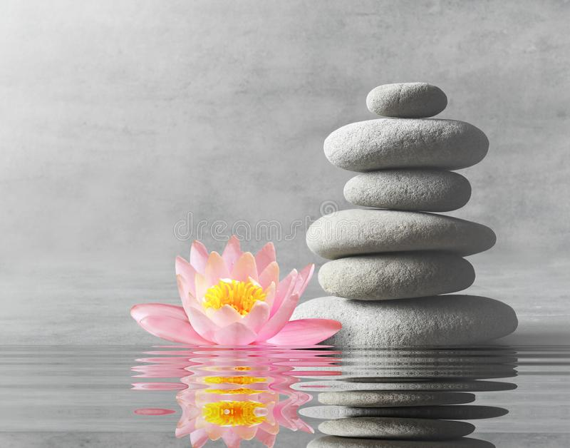 Stein-Balance Zen- und Badekurortkonzept stockfotografie