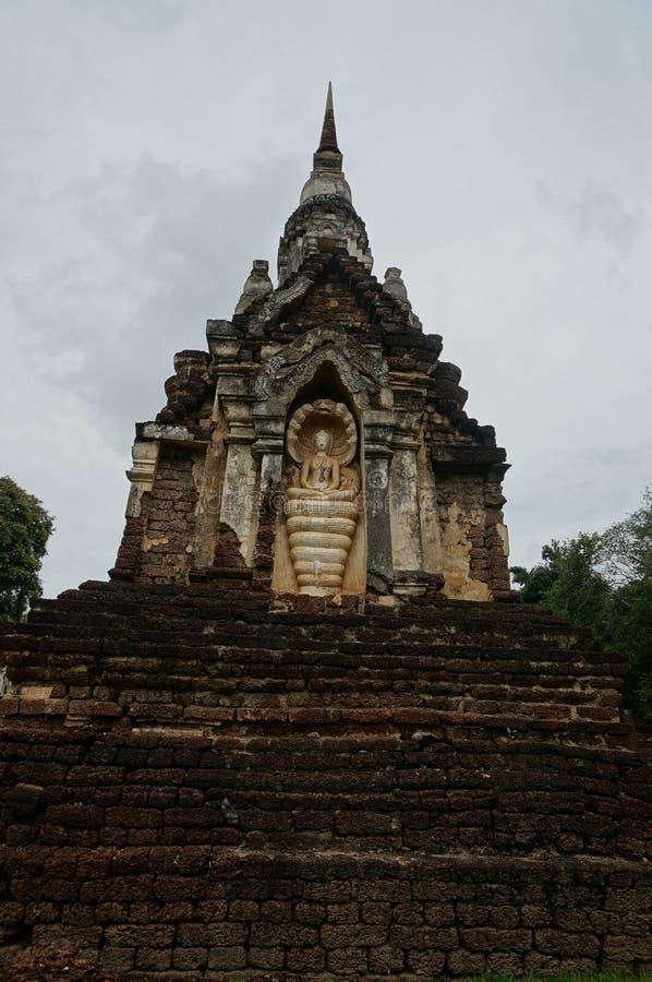 Stein-Buddha-Statue und Steinpagode stockfotografie