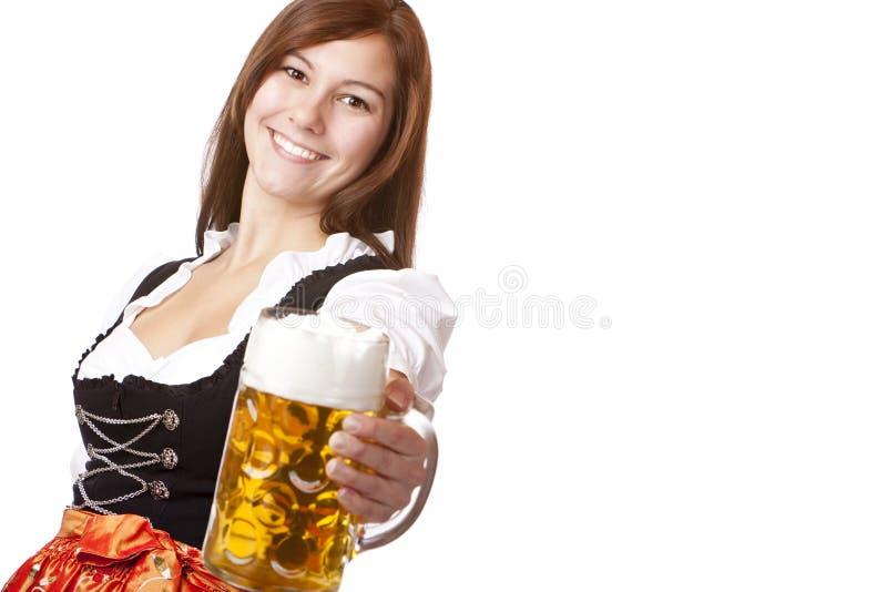 Stein de sorriso feliz da cerveja de Oktoberfest da terra arrendada da mulher imagens de stock royalty free