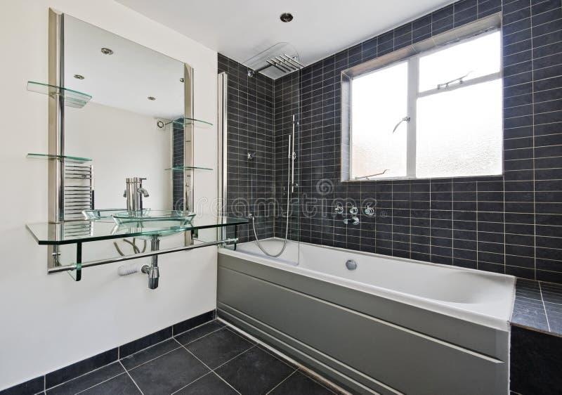 Stein deckte Badezimmer mit Ziegeln stockfotos