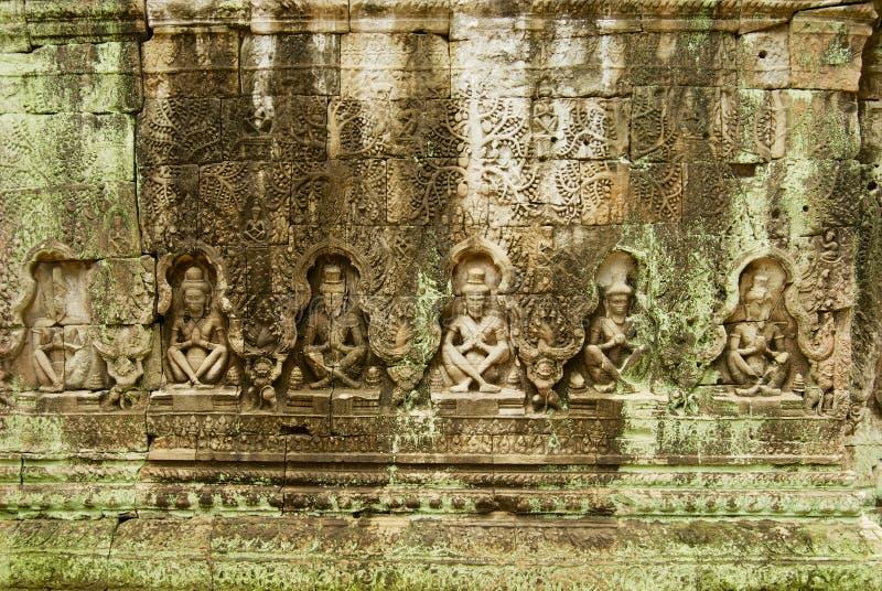 Stein, der an der Wand der Ruinen des Tempels Preah Khan in Siem Reap, Kambodscha schnitzt stockbild
