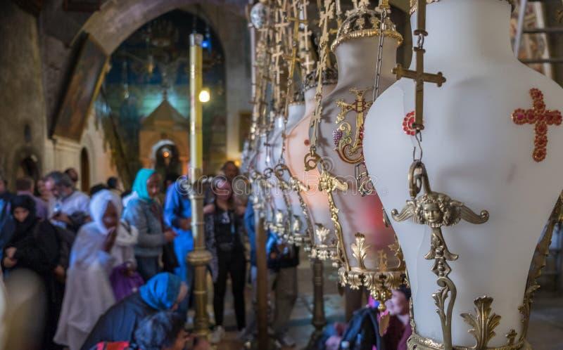 Stein des Salbens von Lampen in der heiligen Grab-Kirche in Jerusalem stockfotos