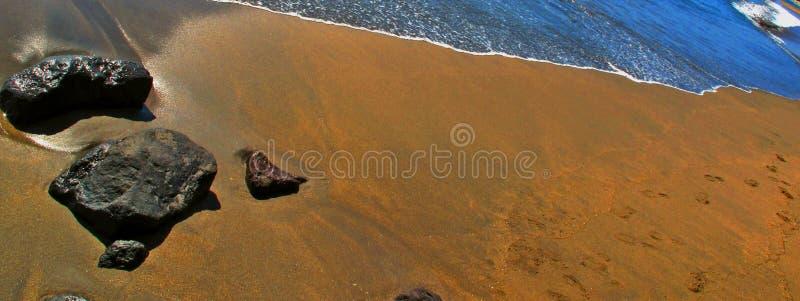 Stein durch den Strand lizenzfreies stockfoto