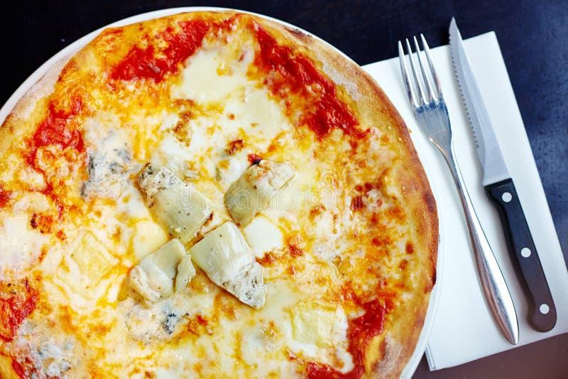 Stein gebackenes Pizza margherita mit Artischocke stockfotos