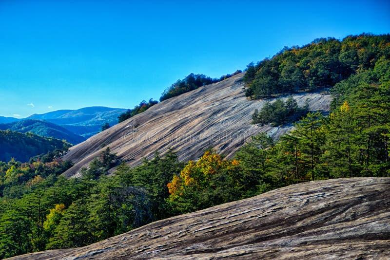 Stein- Gebirgs-Nord-Carolinalandschaft während der Herbstsaison stockbild