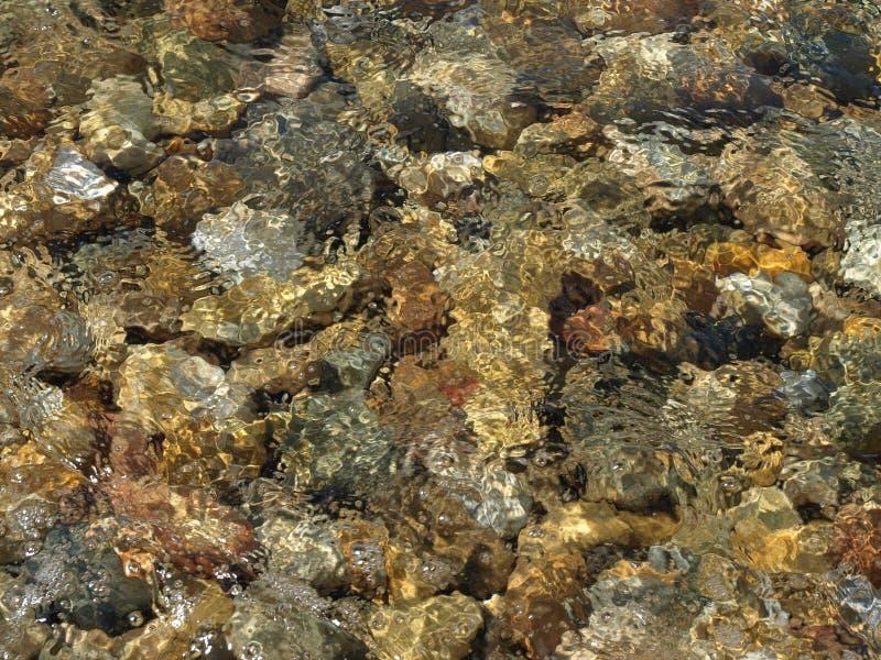 Stein im Meer lizenzfreie stockfotografie