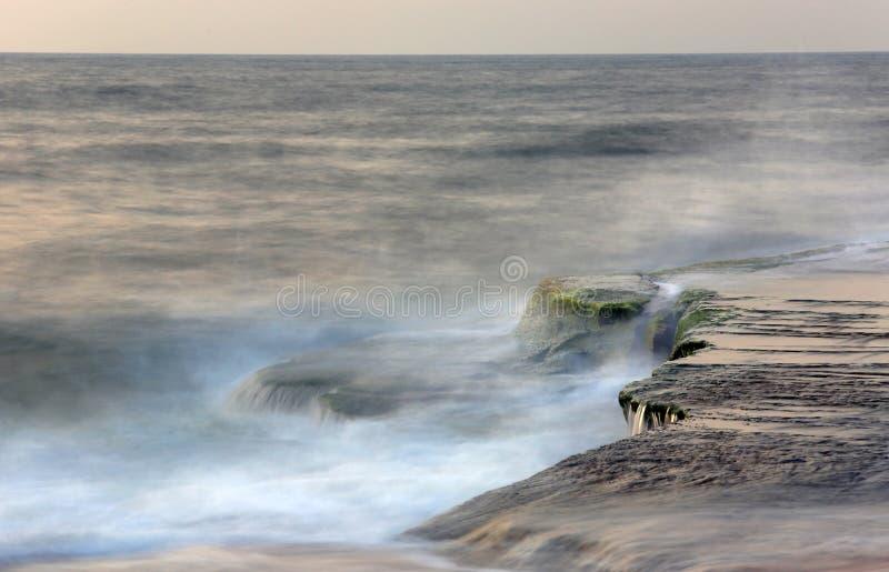 Stein im Meerwasser lizenzfreies stockfoto