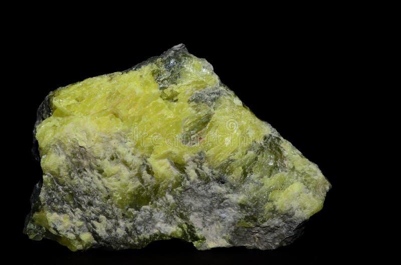 Stein mit gelbem Schwefel auf Schwarzem stockfotografie