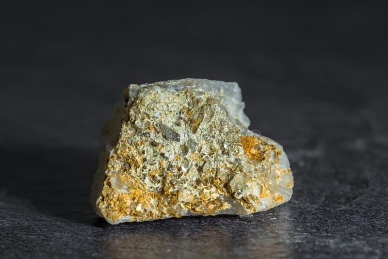 Stein mit kleinen Bergkristallen von Österreich stockbilder