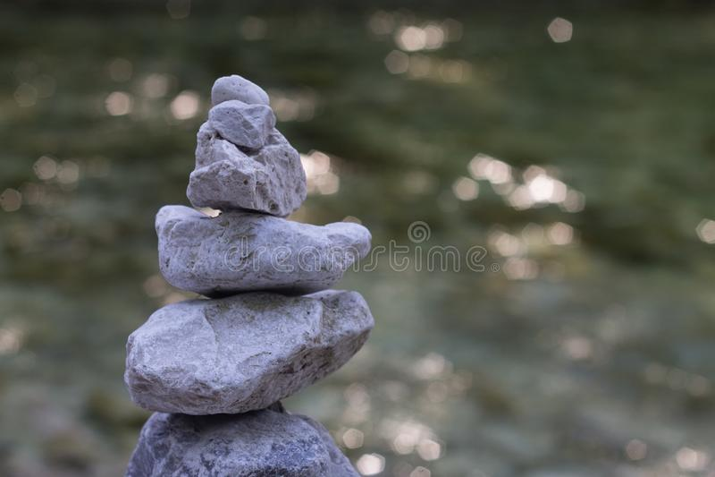 Stein-pyramide mit Fluss auf backbaround lizenzfreie stockfotografie