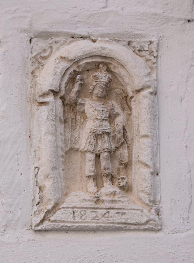 Stein- schnitzen in der Wand in Monte Sant-` Angelo, auf dem Gargano-Vorgebirge in Puglia, Süd-Italien stockfotografie