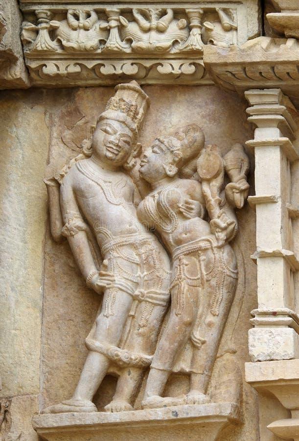 Stein schnitzte erotisches Flachrelief im hindischen Tempel in Khajuraho, Ind lizenzfreie stockfotografie