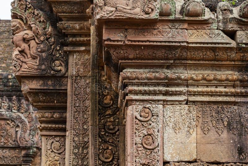 Stein schnitzte Flachrelief von Tempel Banteay Srei in Angkor Wat, Kambodscha Traditionelles Flachrelief auf kambodschanischem hi lizenzfreies stockfoto