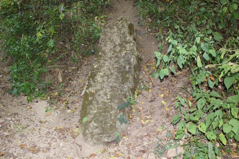 Stein-stela nahe serpend Hügel lizenzfreie stockfotos
