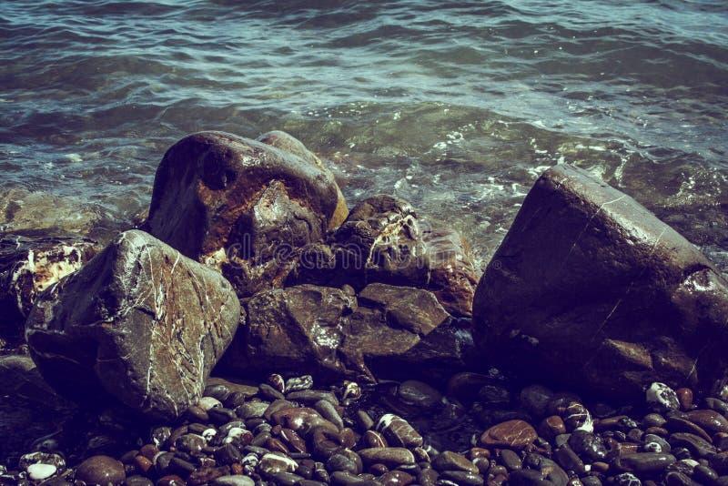 Stein und das Seeufer lizenzfreie stockfotografie