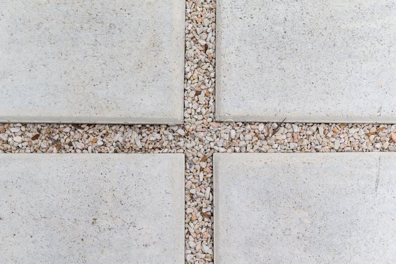 Stein- und Kiesgehwegpflasterung im Garten stockfotos