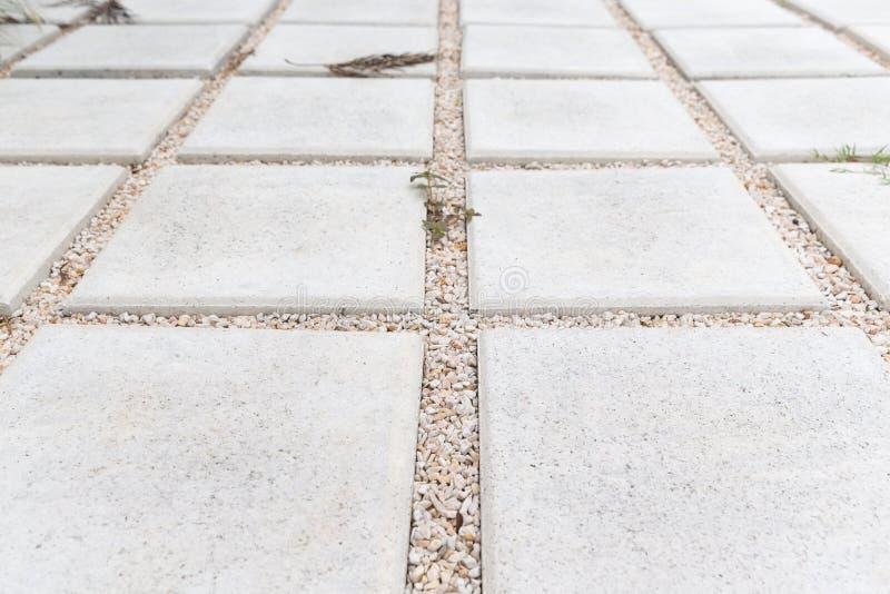 Stein- und Kiesgehwegpflasterung im Garten lizenzfreie stockfotografie