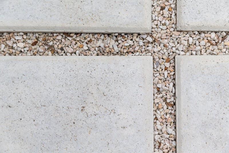 Stein- und Kiesgehwegpflasterung im Garten stockfoto
