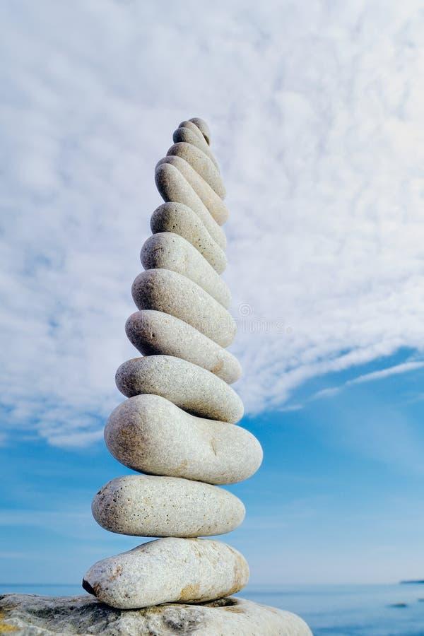 Stein und Wolke stockfotografie
