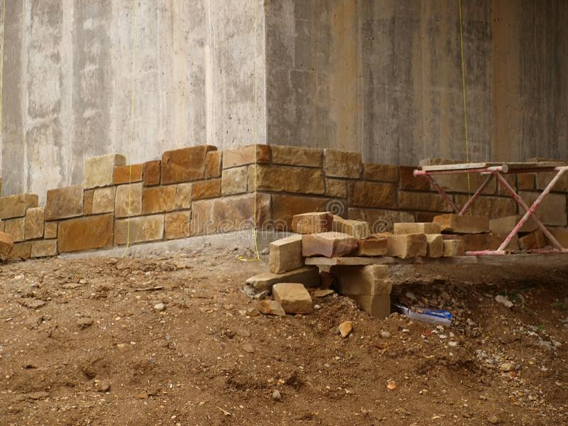 Steinarbeit fängt Lanscaping-Zusatz an stockfotos