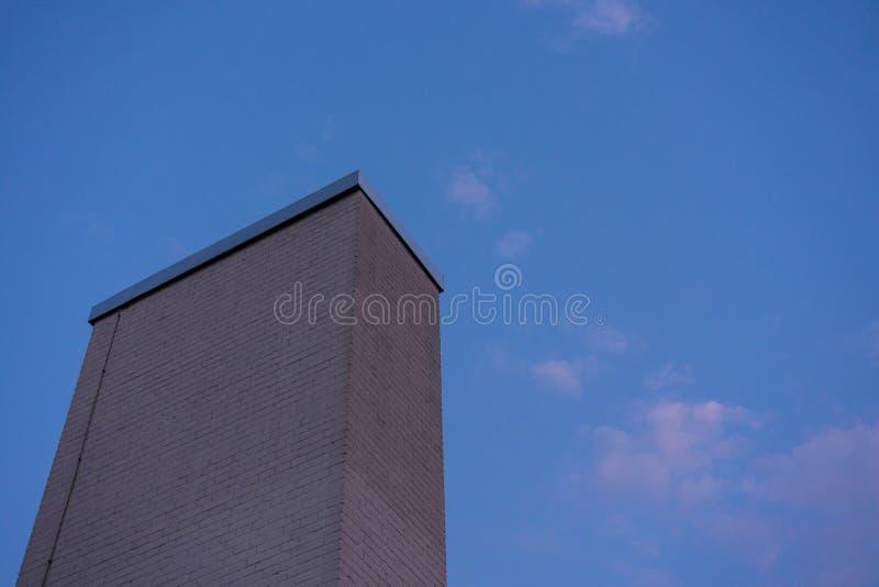 Steinarchitektur des modernen Designs des kamins mit Nachtblauem Himmel lizenzfreies stockfoto