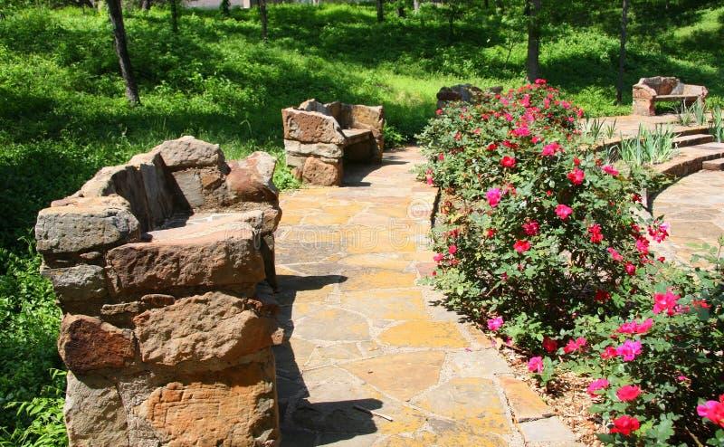 Steinbänke im Garten stockfoto. Bild von gras, betriebe - 24125216