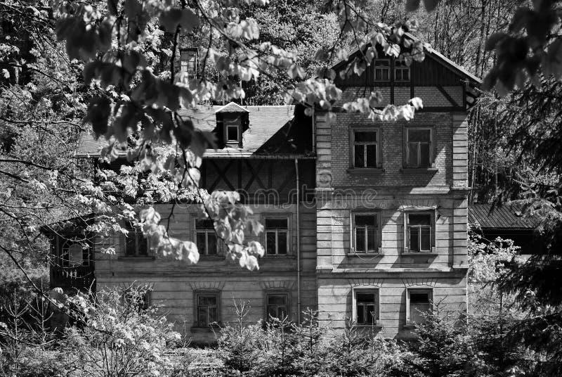 Steinbach, Allemagne - 18 mai 2019 : maison par la voie de train dans la forêt image libre de droits