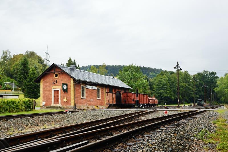 Steinbach, Germania - 1° settembre 2018: costruzione della stazione di ferrovia con i vagoni del trasporto durante la pioggia in  fotografie stock