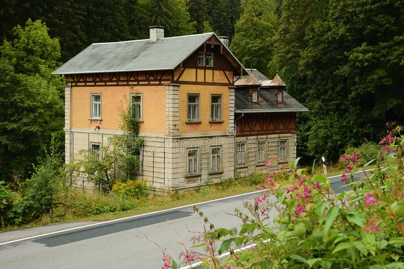 Steinbach Niemcy, Wrzesień, - 01, 2018: dziejowy dom sposobem prowadzi Steinbach wioska w Pressnitz rzecznej dolinie w saxon zdjęcie royalty free