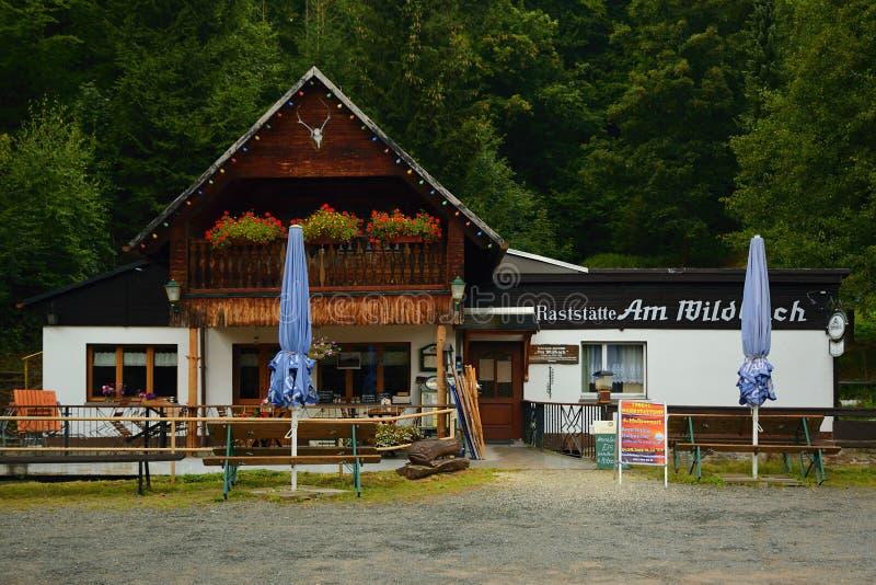 Steinbach Niemcy, Wrzesień, - 01, 2018: restauracja wymieniający Am Wildbach w Pressnitz rzecznej dolinie w saxon Rudnych górach  obraz royalty free
