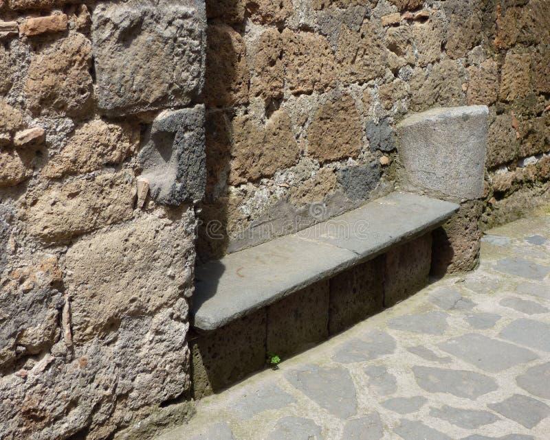 Steinbank in einer toskanischen Hügelstadt lizenzfreie stockfotos