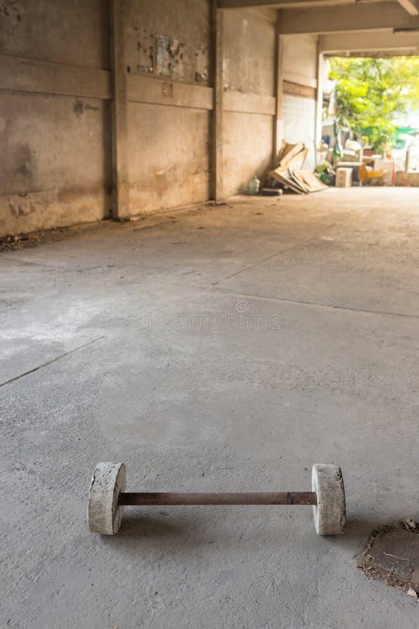 Steinbarbell im offenen Raum stockfotos