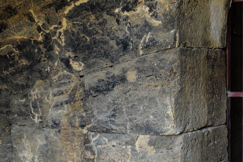 Steinblöcke der Festungsmauer, die vom Feuer betroffen sind Schwarzstein stockfotos