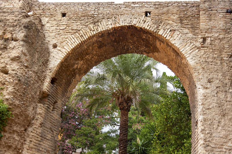 Steinbogen-Garten Alcazar Royal Palace Sevilla Spanien lizenzfreies stockbild