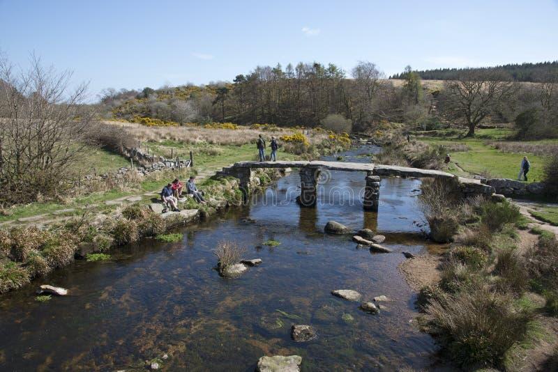 Steinbrücke über Fluss Großbritannien stockfotos