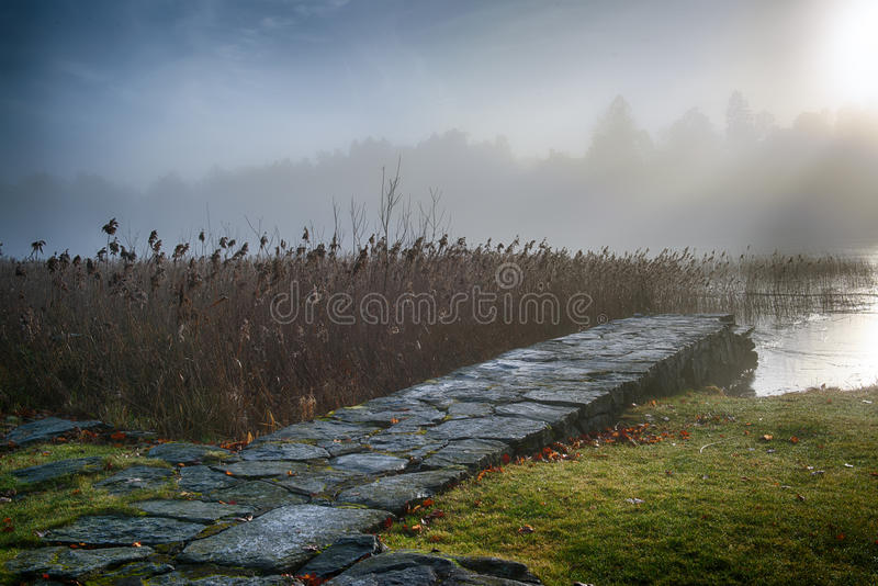 Steinbrücke im Morgennebel lizenzfreie stockbilder
