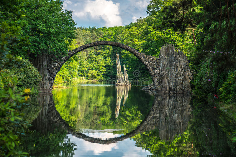 Steinbrücke in kromlauer Park lizenzfreie stockfotos