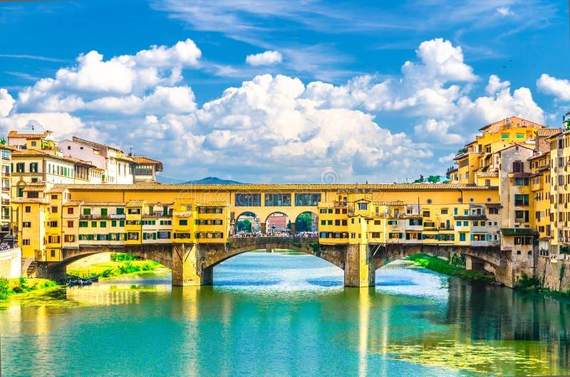 Steinbrücke Ponte Vecchio mit bunten Gebäudehäusern über blauem Türkiswasser Arno Rivers in Florenz, Italien lizenzfreies stockbild