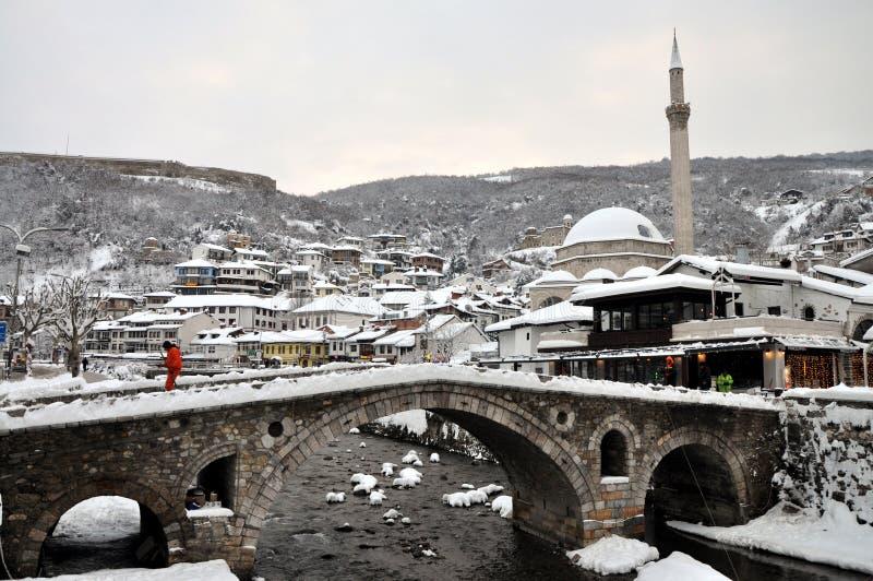 Steinbrücke und altes Teil von Prizren unter der Festung, umfasst mit Schnee lizenzfreies stockbild