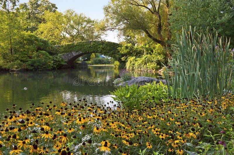 Steinbrücke und Blumen lizenzfreies stockfoto