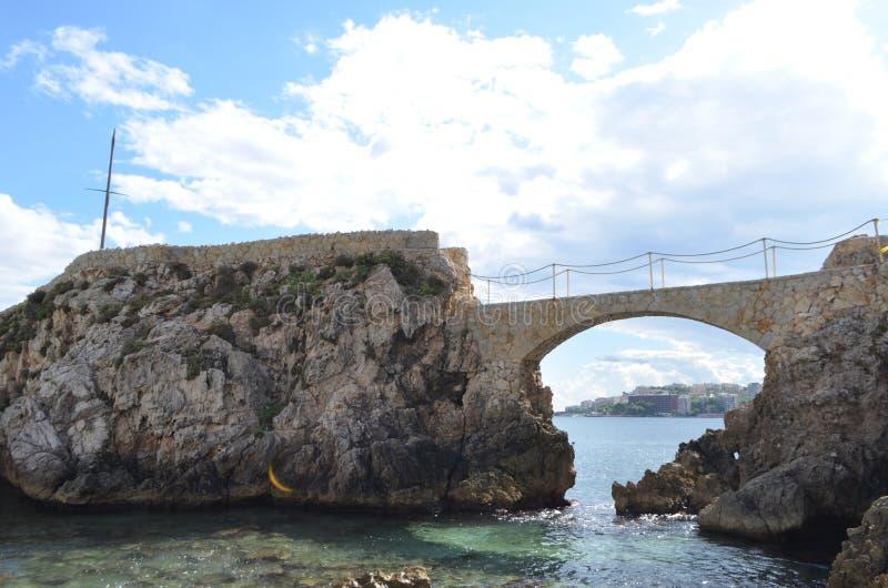 Steinbrücke von Cala Major Beach mit Blick auf Stadt Palma de Mallorca, Spanien stockbilder