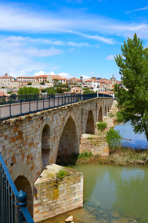 Steinbrücke Zamoras Puente de Piedra auf Duero stockbilder