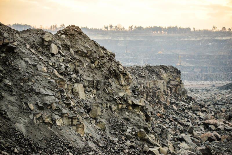 Steinbruch für Granitbergbau lizenzfreie stockfotos