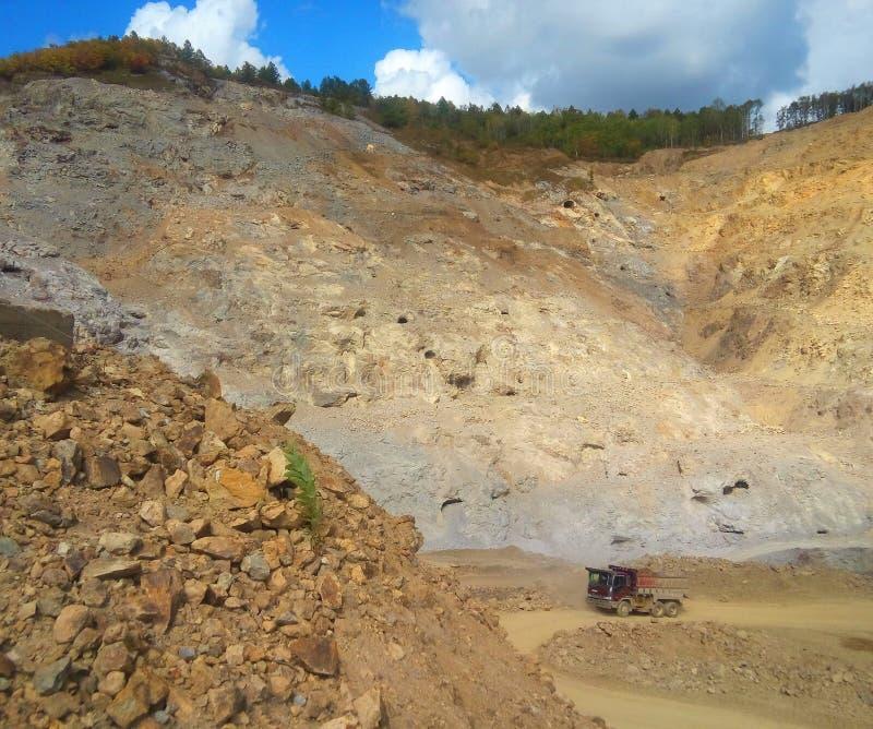 Steinbruch und LKW stockfotos