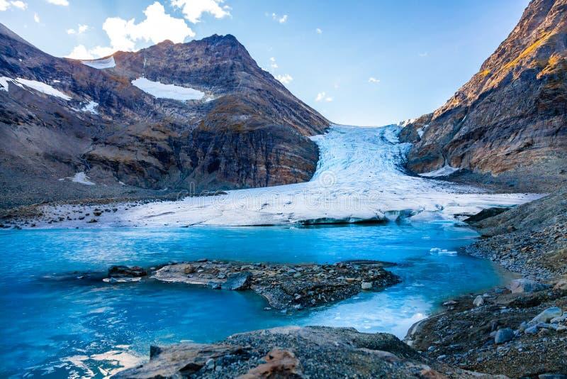 Steindalsbreen冰川在北部挪威,在特罗姆瑟附近的Lyngen阿尔卑斯 免版税图库摄影